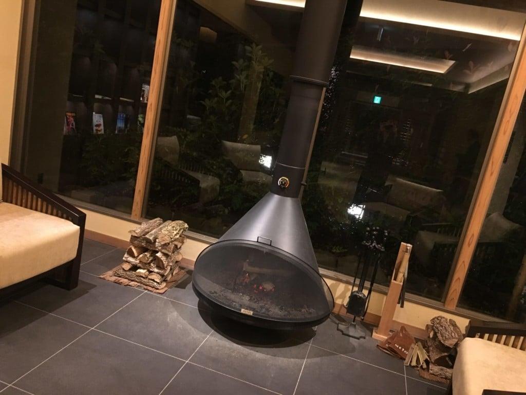 ラウンジのお洒落な暖炉