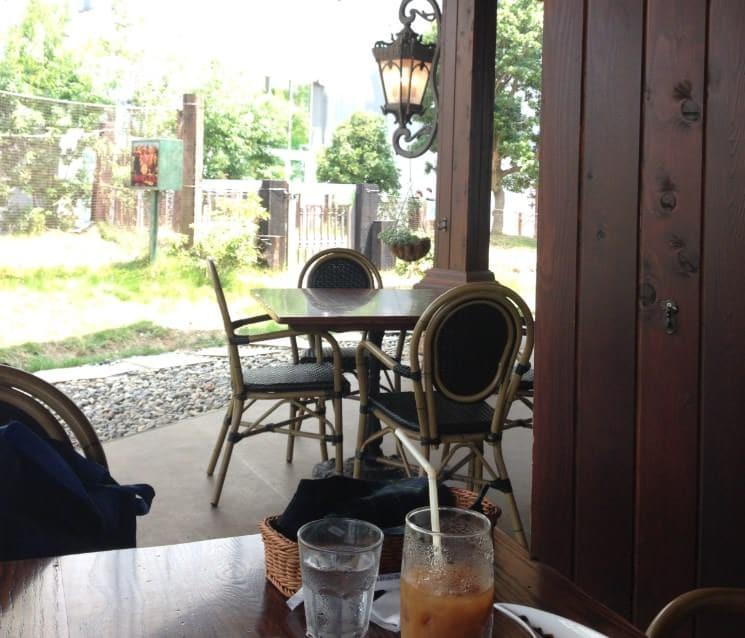 ベーカリー ペニーレイン つくば店のカフェの横にはドッグランがある