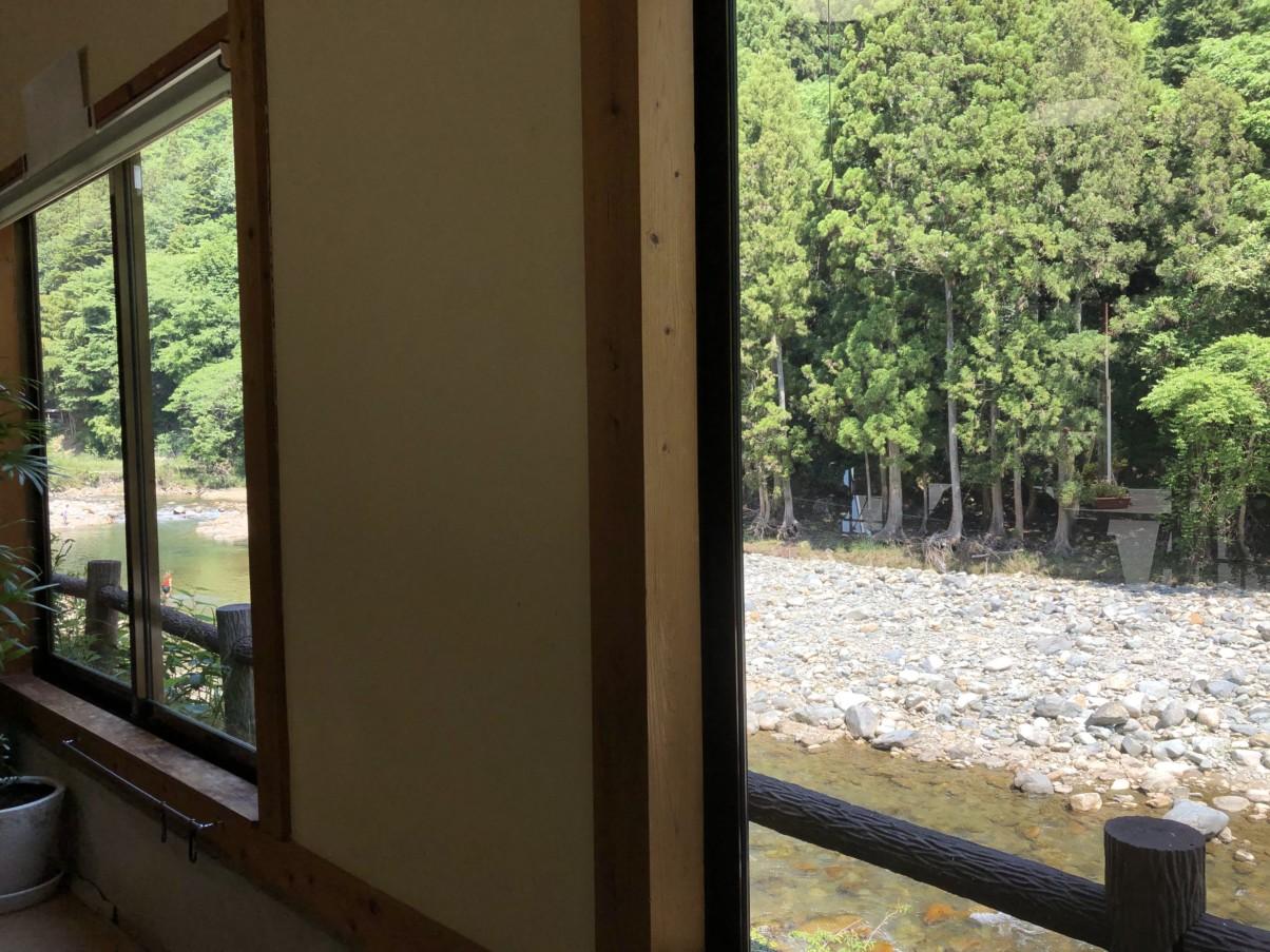 ドッグカフェの窓から千種川が見えます
