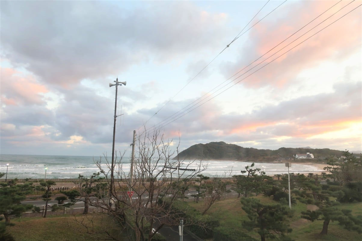 弁天館の窓から見る朝日